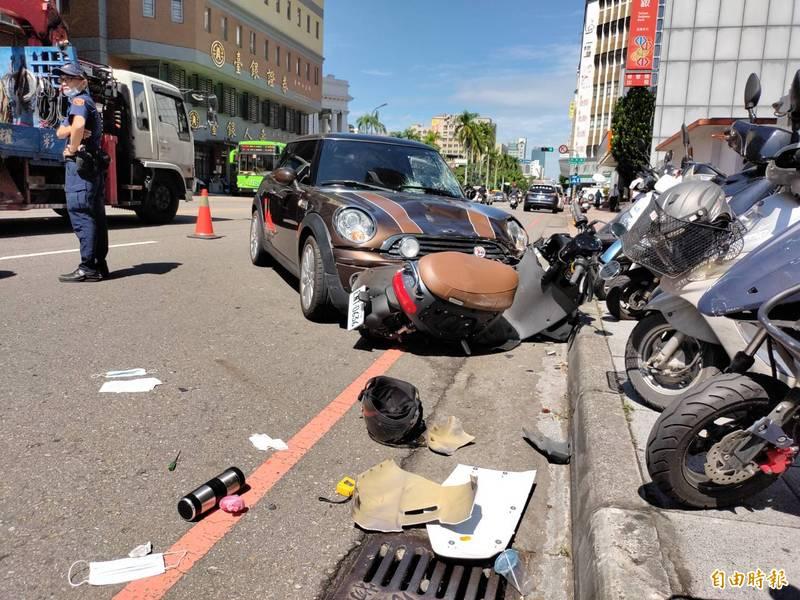 台中市西區今天上午9點多發生車禍,一輛Mini Cooper失控衝逆向車道,撞到9輛汽機車及8人受傷。(記者張瑞楨攝)
