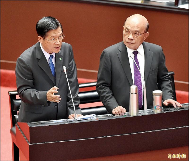 行政院長蘇貞昌(右)與國防部長嚴德發(左)昨在立法院備詢,嚴德發表示,共軍目前沒有武力犯台、全面發動戰爭的徵兆。(記者朱沛雄攝)