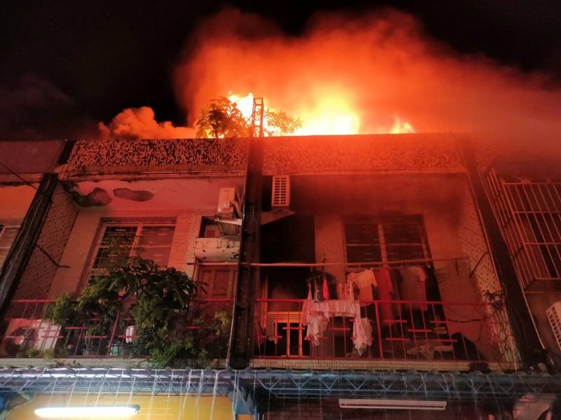 三民區2樓透天民宅大火,火舌從2樓陽台及頂樓加蓋建物竄出。(記者方志賢翻攝)