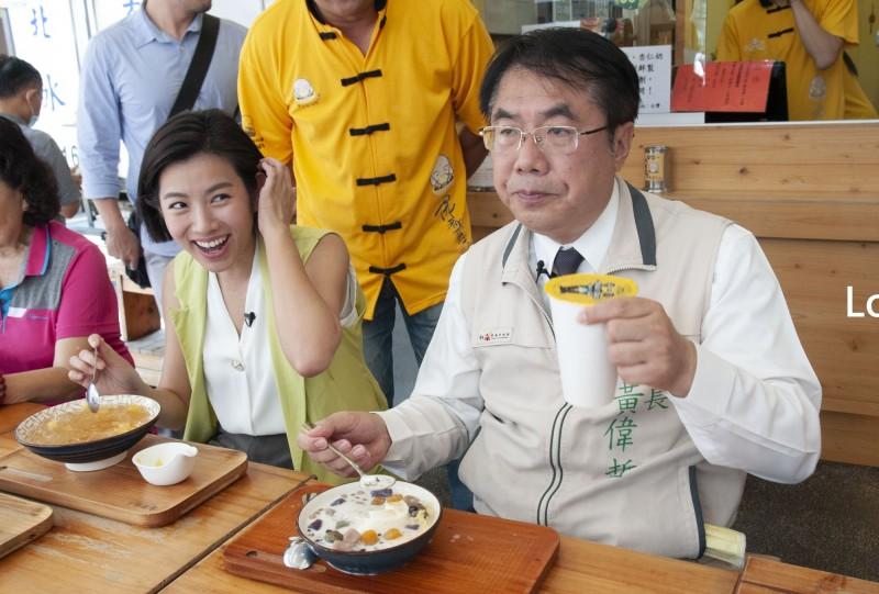 台南市長黃偉哲(右)陪同米可白走逛台南,品嚐在地美味,為台南拍攝宣傳短片。(台南市府提供)