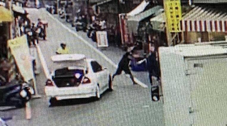 南投縣竹山鎮發生汽機車擦撞意外,白色汽車駕駛涉嫌持棍棒毆打機車騎士情形。(圖由民眾提供)