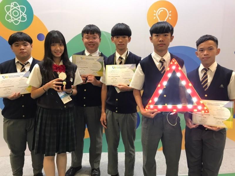 基隆市二信高中電機科師生研發「具定位功能之警示裝置」,在台灣創新技術博覽會奪得銀牌殊榮。(基隆市二信高中提供)