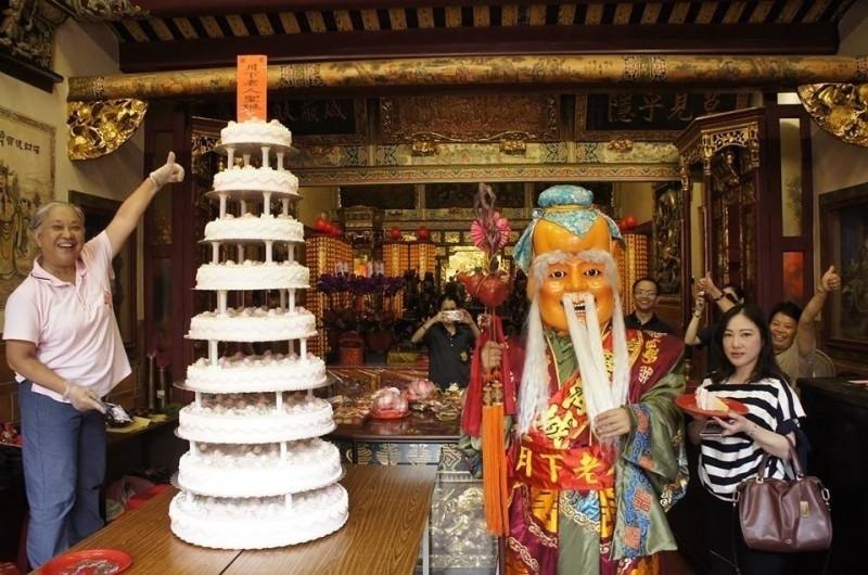 「霞海月老壽宴」現場會準備9層蛋糕為月老慶壽。(圖由台北霞海城隍廟提供)