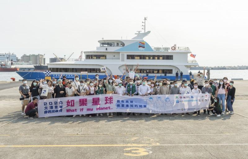 青年局長張以理陪同110位參賽者深入港區,搭乘貴賓船一睹高雄港區碼頭作業全貌。(記者王榮祥翻攝)