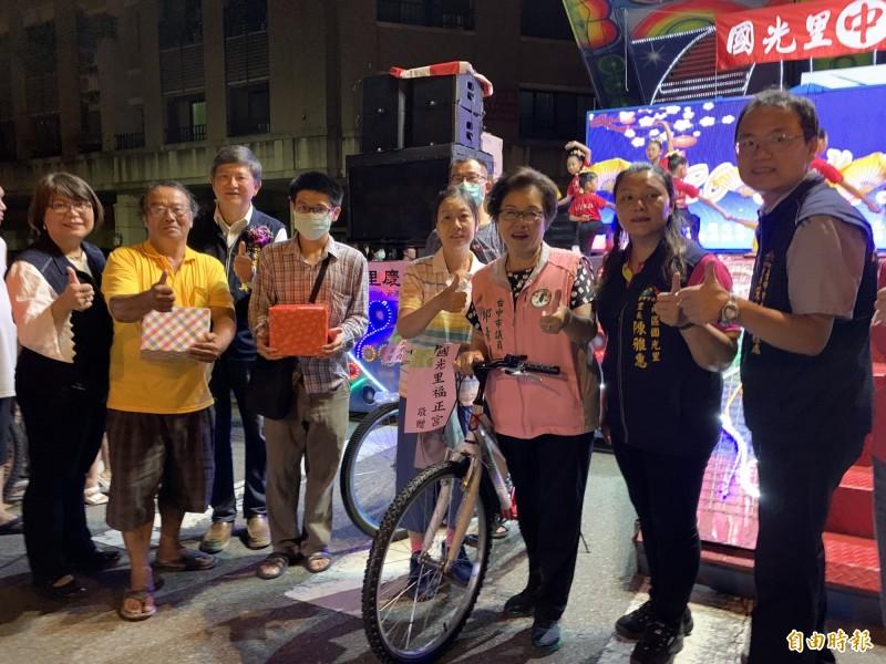 台中南區國光里福正宮管委會發獎學金,落實回饋社會。(記者張瑞楨攝)