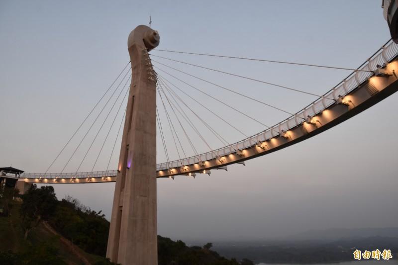 「崗山之眼天空廊道」是北高雄熱門的賞月景點。(記者蘇福男攝)