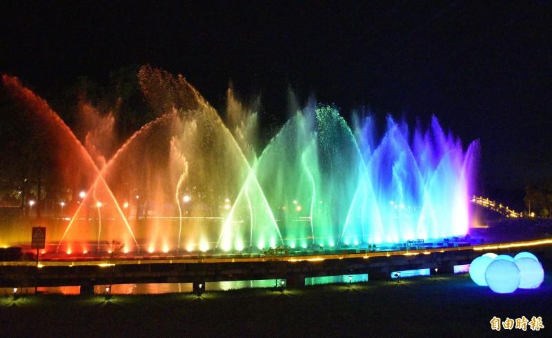 慈湖亮了!璀璨的水舞讓慈湖夜間更有看頭。(記者李容萍攝)