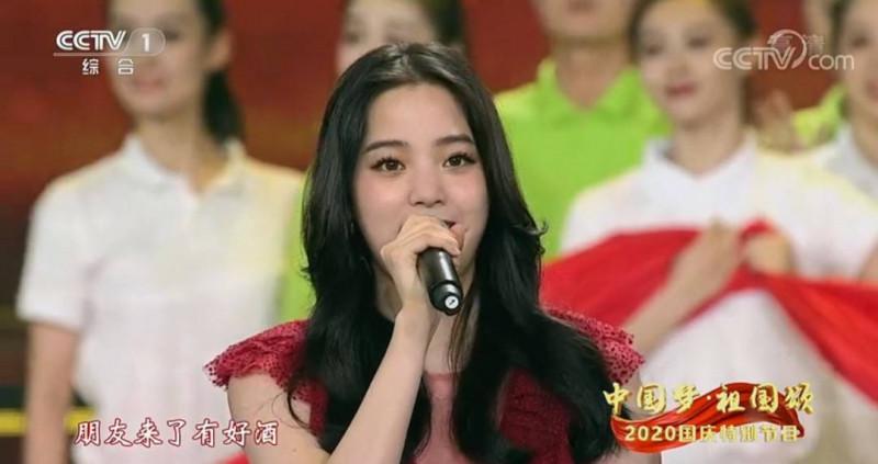 歐陽龍之女歐陽娜娜今晚8點多在中國央視「中國夢、祖國頌—2020國慶特別節目」,與中國、香港藝人合唱開場曲「我的祖國」。(翻攝中國央視)