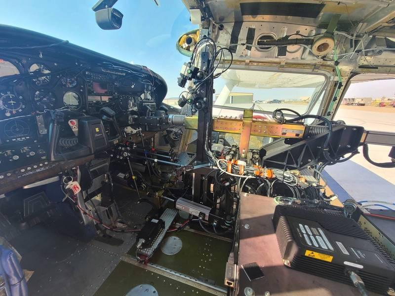 美國空軍研究實驗室(AFRL)快速創新中心(CRI)近日恢復了無人空中平台「ROBOpilot」的飛行測試,該平台是由新創公司DZYNE開發,目標是讓機器人熟練駕駛一般真人操作的飛機。(照片取自美國空軍)