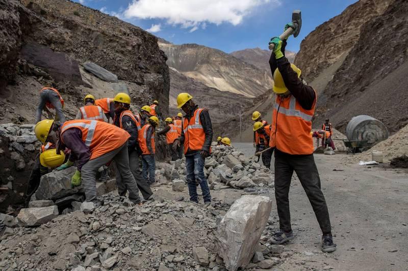 印度為了對抗中國在邊境的部署優勢,目前正在距離拉達克地區約150公里處興建一條戰略公路,全長283公里,預計花費3年建成,使印度軍隊未來能更順利的快速部署兵力。圖為正在開路的印度工人。(路透)