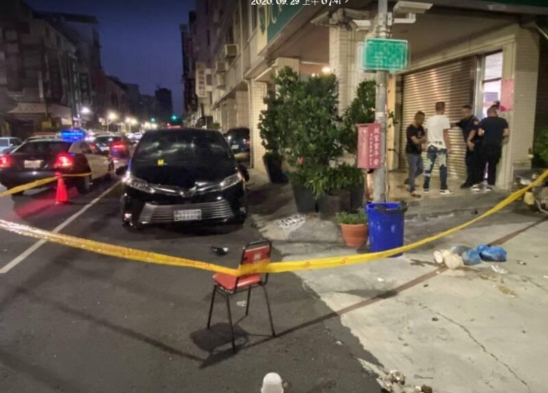 高雄市三民區這家茶行前的黑色休旅車凌晨遭砸毀,事後傳出是與知名酒店砸店糾紛有關。(記者方志賢翻攝)