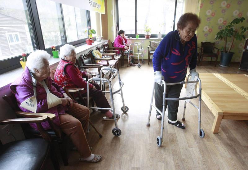 南韓統計廳日前發布的統計數據顯示,2020年南韓的老年人口為812.5萬人,占總人口比例達15.7%,預計2025年將會上升至20.3%,正式邁入「超高齡社會」。(美聯社)