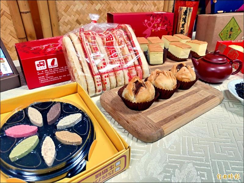 鹿港糕餅文化節有百年老店鄭玉珍餅鋪的鳳眼糕、一甲子老店的三和珍餅鋪蓮花酥,以及團購熱賣的明豐珍兔仔寮的牛舌餅。(記者劉曉欣攝)
