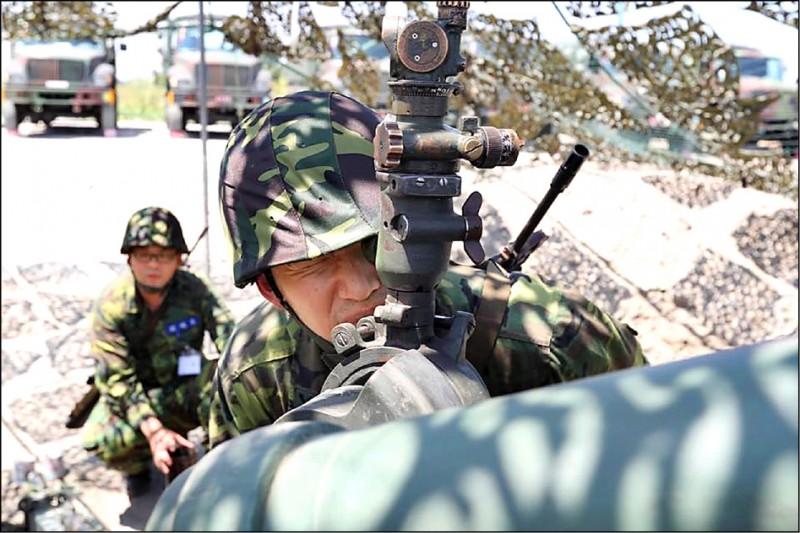 國軍為精進後備戰力,召訓擬改為「一年一召、一次二週」。圖為後備軍人投入聯合反登陸作戰操演。(取自陸軍司令部臉書)