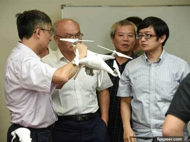 黃勝智(左二)在台南擔任分局長期間,警政署高喊科技辦案,他一頭栽進無人機的世界,並與長榮大學展開合作。(記者王捷翻攝)