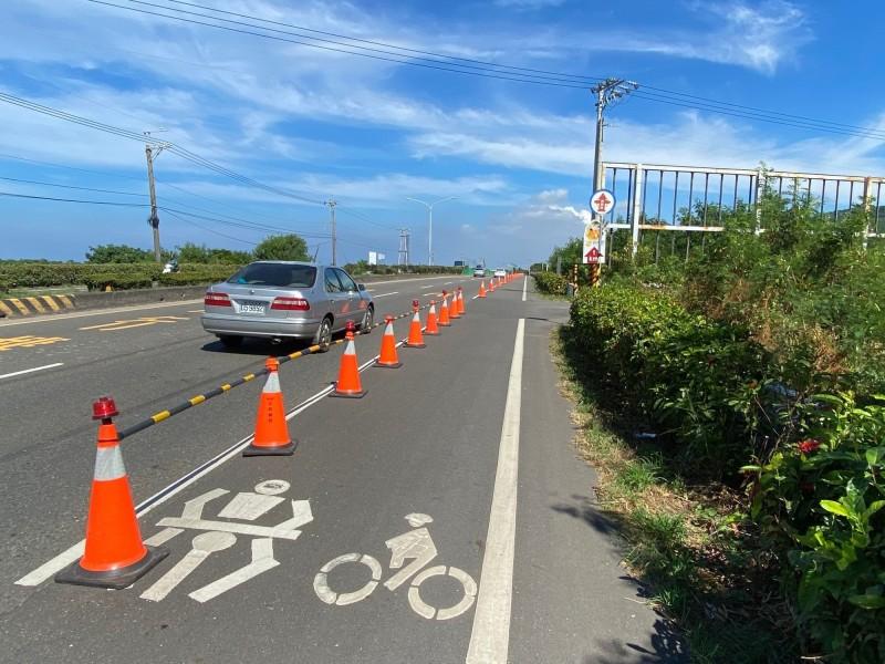 枋寮分局在部分路段祭出交通錐強制分隔汽、機慢車道措施。(記者陳彥廷翻攝)