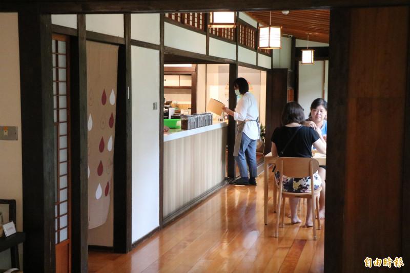 總爺藝文中心「廠長宿舍」化身咖啡廳,由在地企業進駐經營,讓遊客可在古蹟內品嘗咖啡。(記者萬于甄攝)
