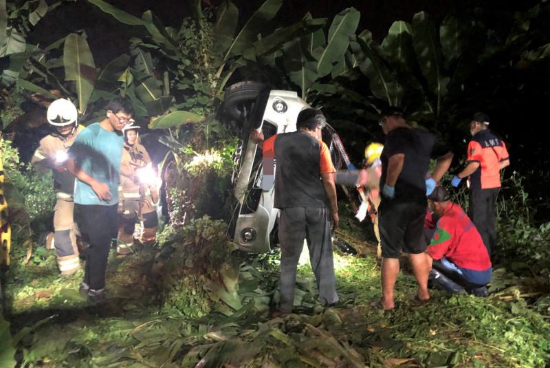前職棒投手買嘉瑞昨晚出車禍後,救援人員在現場搶救,救援困難。(記者楊金城翻攝)