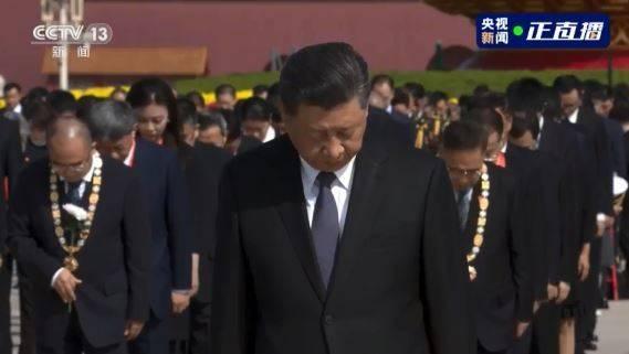 中共總書記習近平出席「烈士紀念日」活動,默哀時不斷猛眨眼睛、哭不出來。(圖取自央視微博)