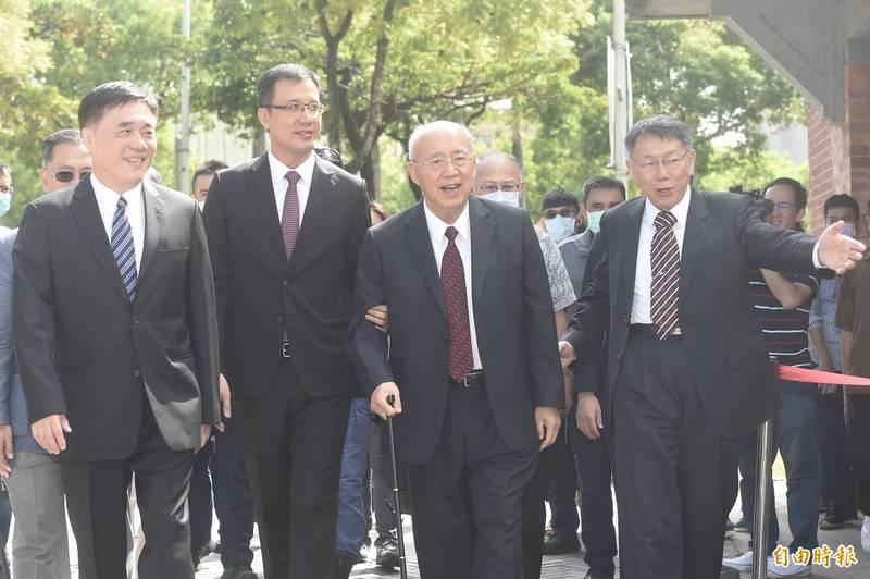 前台北市長郝龍斌(左1)出席「世紀旅程–台北設市百年紀念特展」。(記者簡榮豐攝)