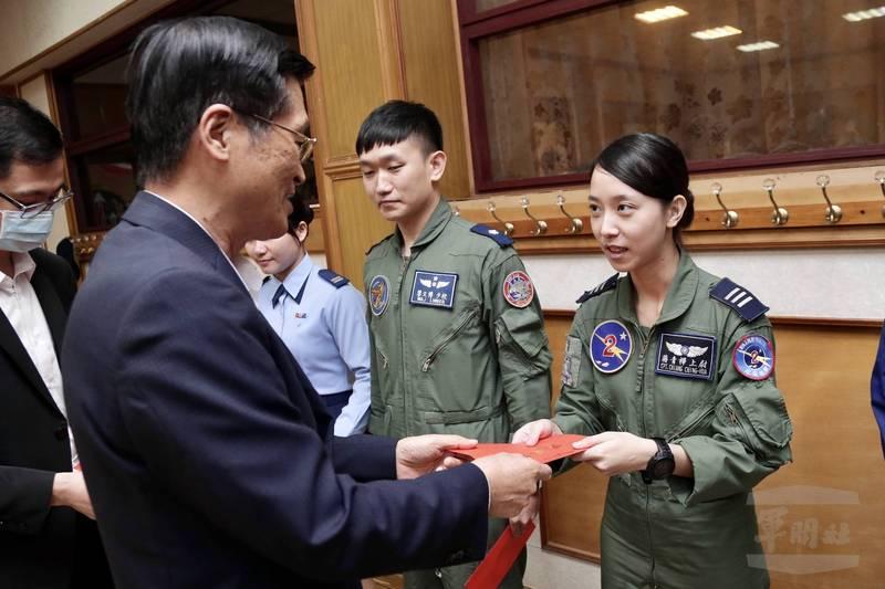 國防部長嚴德發慰勉第二聯隊飛行員辛勞,照片中的女性上尉蔣青樺為幻象戰機飛行員。(軍聞社提供)