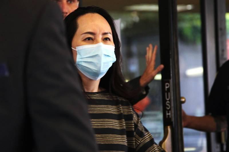 華為公主孟晚舟30日出庭時也沒有戴上印有「MIT」鋼印的口罩。(法新社)
