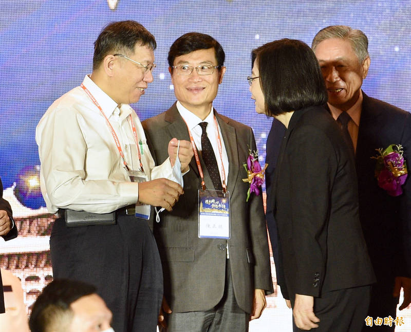 經濟部次長陳正祺(圖中)因迷因題材爆紅。陳正祺是台灣經貿專家,長期耕耘國際談判與經貿領域。(資料照)
