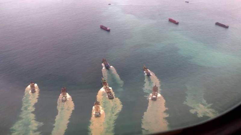 民眾搭機返回馬祖時,驚見大量中國抽砂船。(圖取自爆料公社)