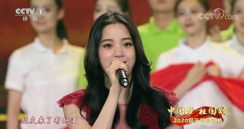 前國民黨發言人歐陽龍之女歐陽娜娜日前在中國央視「中國夢、祖國頌—2020國慶特別節目」,與中國、香港藝人合唱開場曲「我的祖國」。(翻攝中國央視)