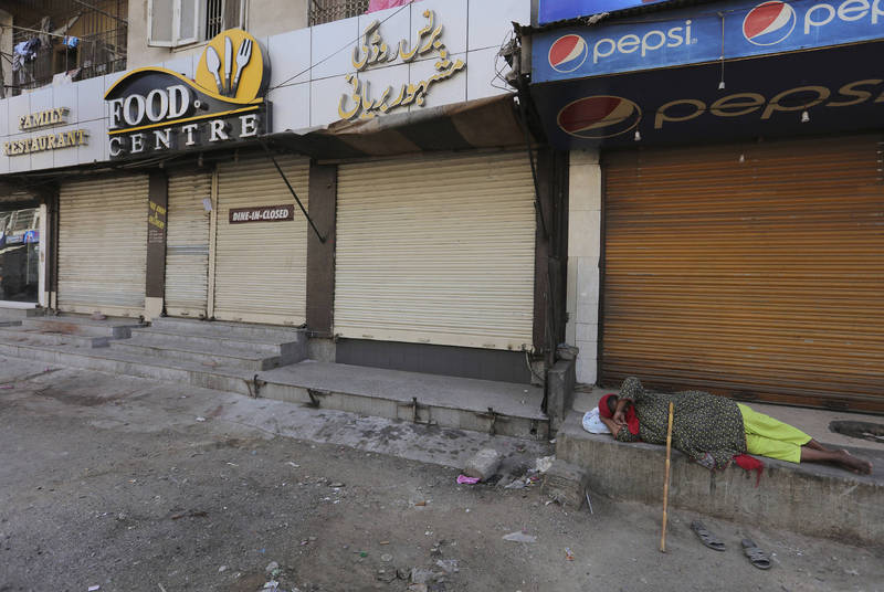 巴基斯坦金融中心喀拉蚩因確診及死亡人數攀升,當地政府宣布關閉餐廳及婚宴館,希望能有效遏阻病毒的散播。(美聯社)