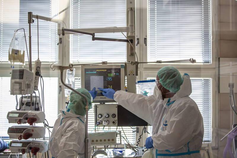 武漢肺炎全球超過3435萬例確診。圖為2日捷克醫院醫護在加護病房替武肺病患看診。(歐新社)