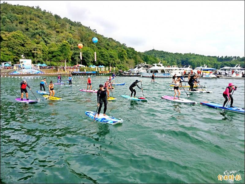 日月潭近年興起SUP立式划槳,吸引喜愛水上活動的民眾參加。(記者劉濱銓攝)