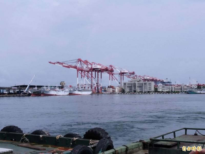 24名緬甸船員投訴被船公司積欠薪資,航港局表示有待釐清。圖為高雄港,照片船隻與新聞無關。(記者洪定宏攝)