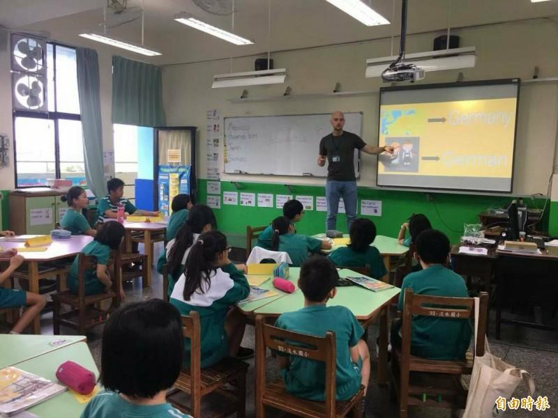 新北市力推雙語教育,盼於2030年達到每校都有雙語課程目標。(記者周湘芸攝)