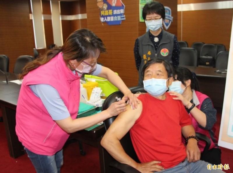 苗栗縣政府今年度共採購13萬6370劑流感疫苗,配合衛福部疾病管制署宣布於5日全面開打。(資料照)