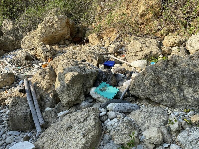 垃圾散佈於礁岸石縫,(壽山國家自然公園管理處提供)