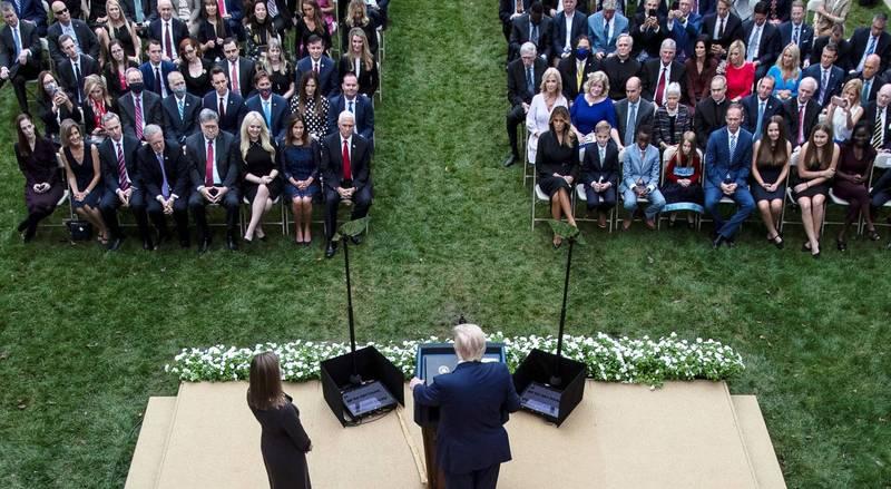 美國總統川普9月26日曾在白宮舉行大法官提名人選公布典禮,隨著川普確診武漢肺炎,現場多名人士也驗出陽性,從當天照片可以看到幾乎沒有人戴口罩。(路透)