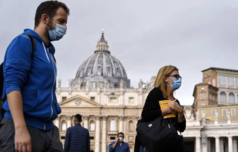 圖為3日義大利羅馬民眾與遊客紛紛戴上口罩防武肺。(歐新社)