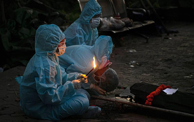 印度武漢肺炎死亡人數今天(3日)突破10萬大關,專家估計年底印度將有1200萬人確診。(美聯社)