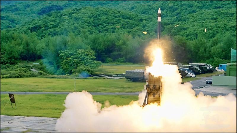 中科院將於十月十四、十五日在九鵬基地進行飛彈火砲試射,最大彈道高度為「無限高」。專家推估,應是增程型弓三飛彈測試。圖為弓三防空飛彈。(軍聞社)