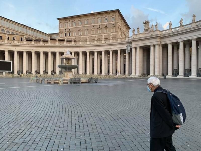 白髮蒼蒼的陳日君在梵蒂岡聖伯多祿廣場上的落寞身影,讓許多信徒和網友不捨留言。(取自陳日君臉書)