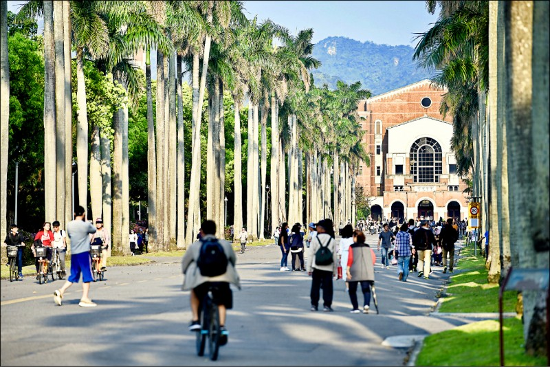 大學加速推動雙語教育,台灣大學教務長丁詩同表示樂觀其成。(資料照)