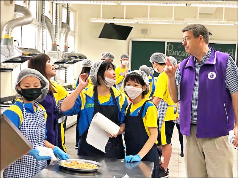 桃園市青埔國中英文老師王如玉,和外籍教師合作教家政。(王如玉老師提供)