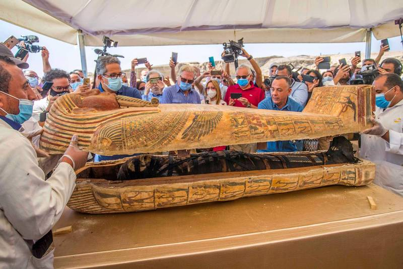 專家在記者會上現場開箱,棺木內保存完好的木乃伊曝光。(法新社)