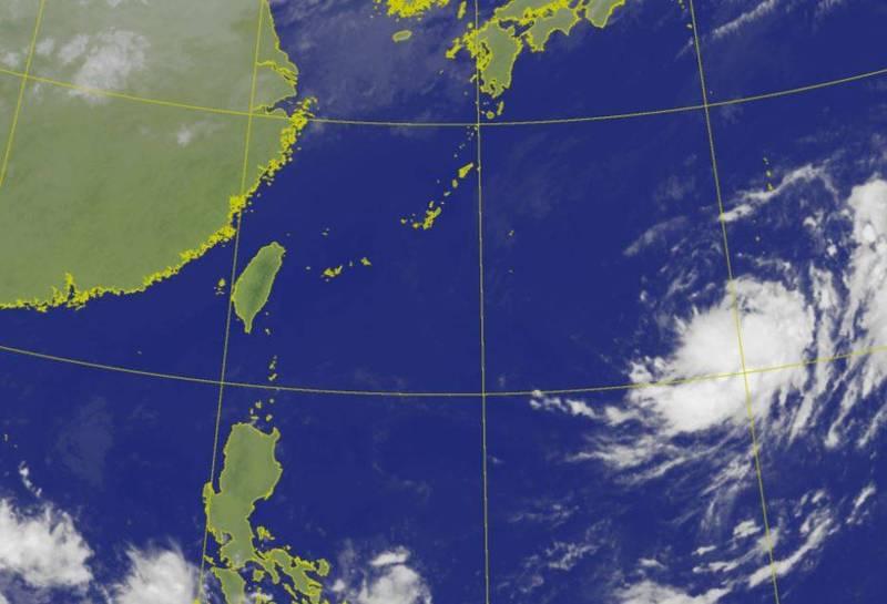 關島附近的熱帶擾動持續發展,有機會成颱,是否影響國慶連假須密切觀察。(圖擷自中央氣象局)
