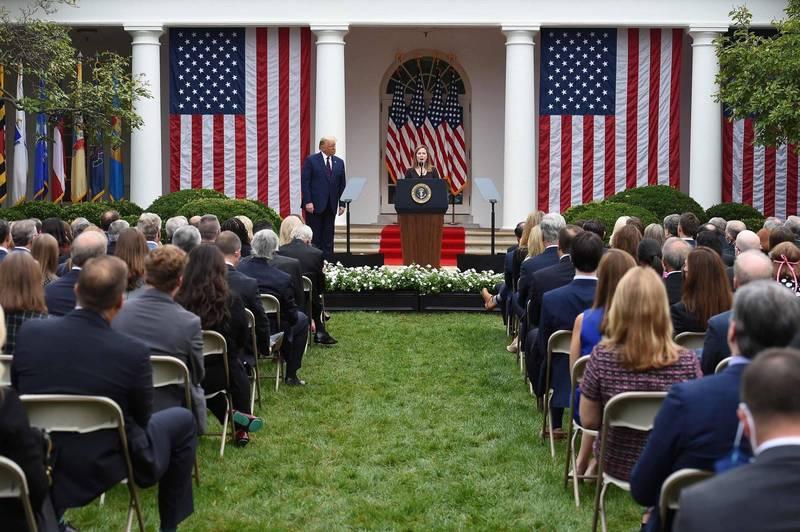 美國高級官員坦承,川普9月26日在白宮舉行的大法官提名人選公布大會,可能就是共和黨核心人士紛紛確診的源頭。(法新社)