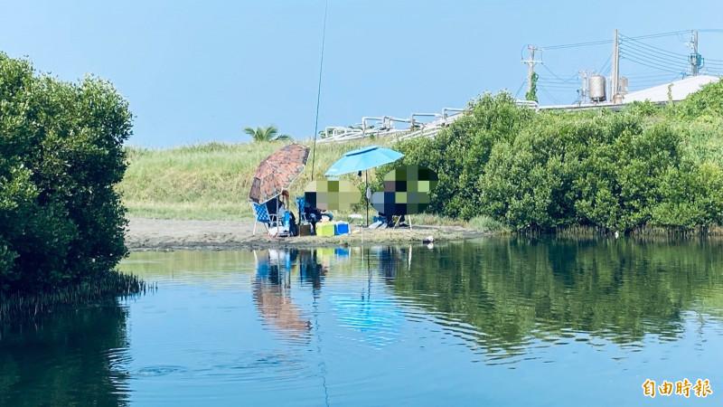 林園濕地公園出現釣客,恐干擾生態。(記者洪臣宏攝)