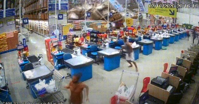 超市右邊貨架突然倒下,讓整排貨架像骨牌般跟著倒塌,釀成1死8傷。(翻攝Blog Gustavo Negreiros Youtube影片)