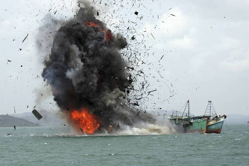 南韓中部地方海洋警察廳今(5)日表示,隨著非法捕撈的中國漁船急劇增加,海警打算使用共用武器(多人操作武器)來加強因應。圖為2017年印尼炸毀因非法捕撈扣押的中國漁船。(美聯社檔案照)