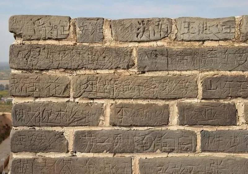 位於中國陝西省榆林市城北4公里的明長城「鎮北台」就是其中一個重災區,建築主體上幾乎每一塊磚都被中國遊客刻字,讓文物專家痛心表示「是不可挽回的傷害」。(圖擷取自微博)